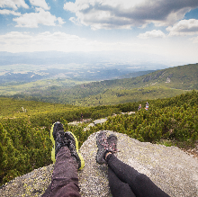 a pied un couple en randonnée contemple le paysage