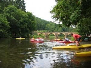 Embarquement dans les Kayaks au pont Saint-Nicolas à Chiny