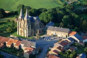 basilique Notre Dame d'Avioth au milieu des champs