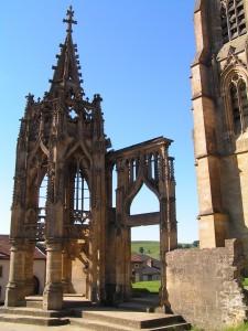 Sur le parvis de la basilique d'Avioth