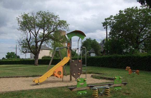 Gîte l'Envolée près du parc de l'école du village