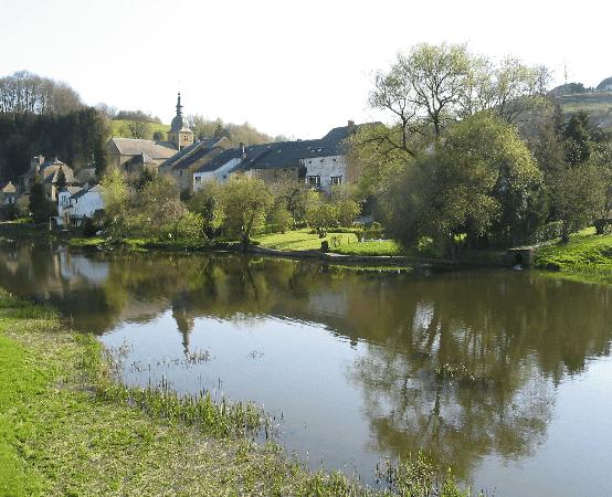 Le village de Chassepierre vu des bords de la Semois