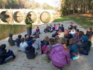 Sabine Freson guide-nature avec des groupes d'enfants